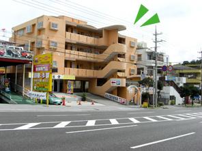 左手にオレンジ建物がございます。